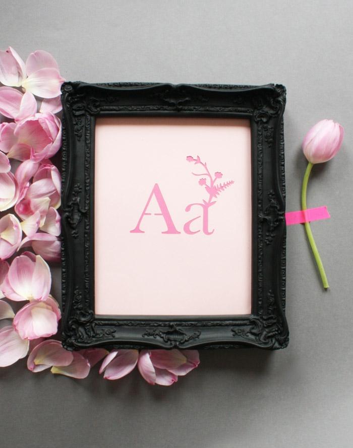 Bilderrahmen mit Anfangsbuchstabe, rosafarbene Tulpe und Blüten daneben, personalisiertes Geschenk zur Geburt