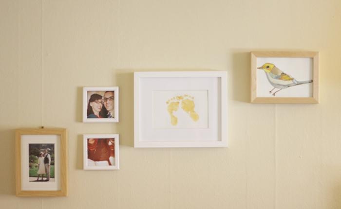 Fußabdrücke in Bilderrahmen, schöne Geschenkidee für junge Eltern, an Wand aufgehängt