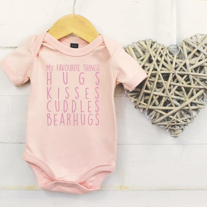 Personalisiertes Babygeschenk, rosafarbener Body mit Botschaft, Meine Lieblibgssachen, Geschenkidee für Mädchen