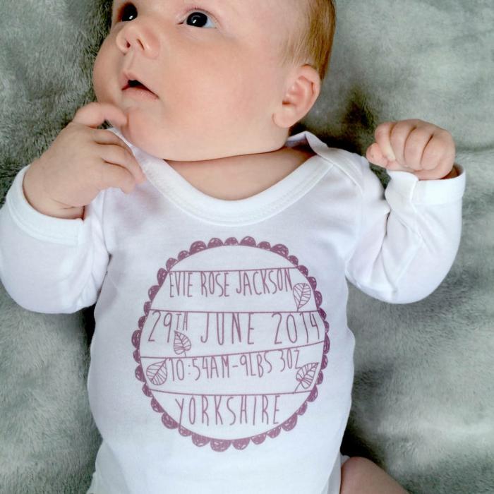 Weißer Babybody mit Name, Geburtsdatum und Geburtsort, Kleidung selber beschriften, personalisiertes Geschenk selber machen