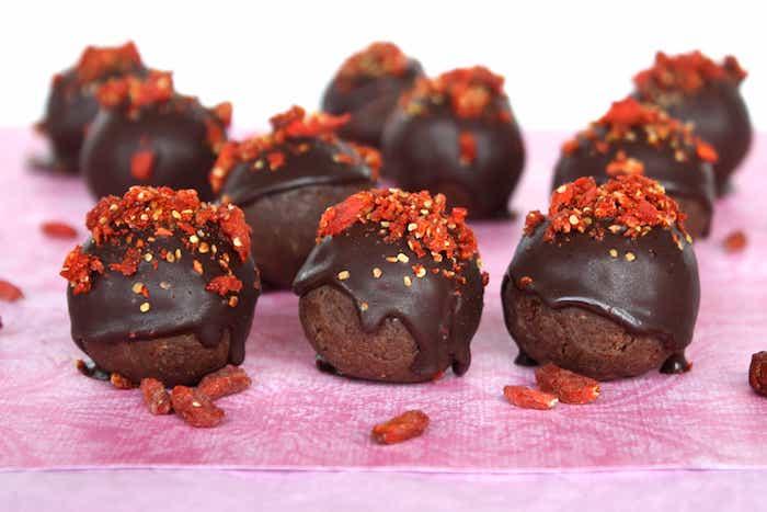 schokoladensorten valentinstag ideen gojibeeren rosa tischdecke rohe praline gojibeer gesunde nachtische