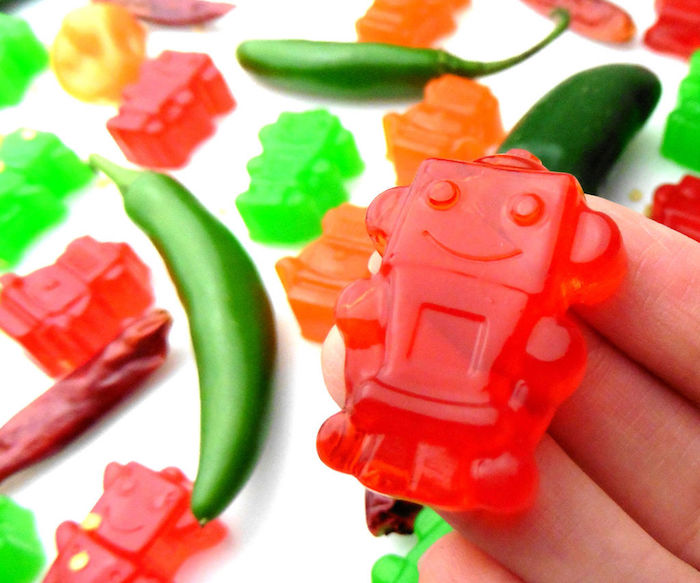 scharfes Fruchtgummi selber machen wie kleine Roboter formen in roter Farbe