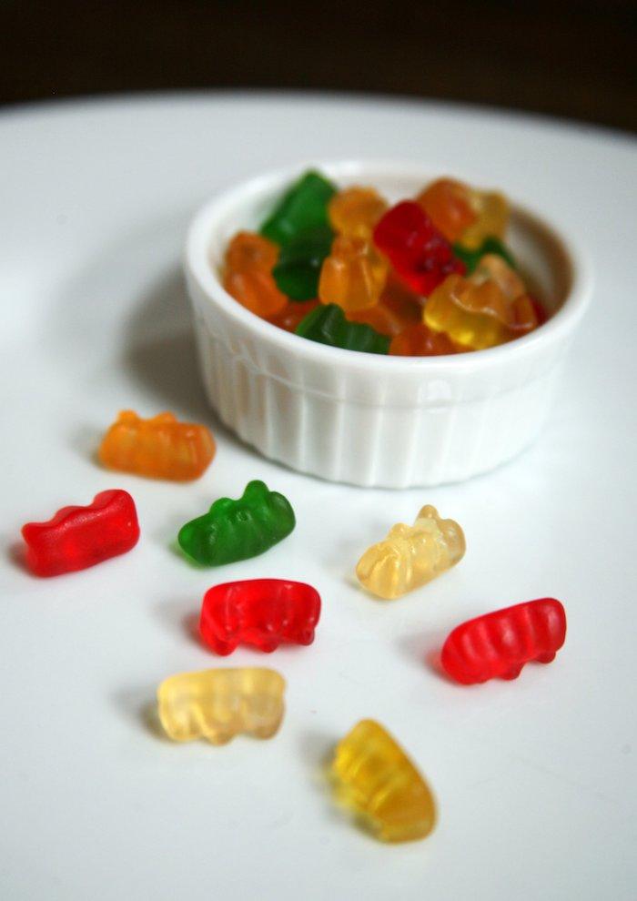 ein Nachtisch von selbstgemachten Süßigkeiten in einer kleinen Schale - Fruchtgummi selbst machen