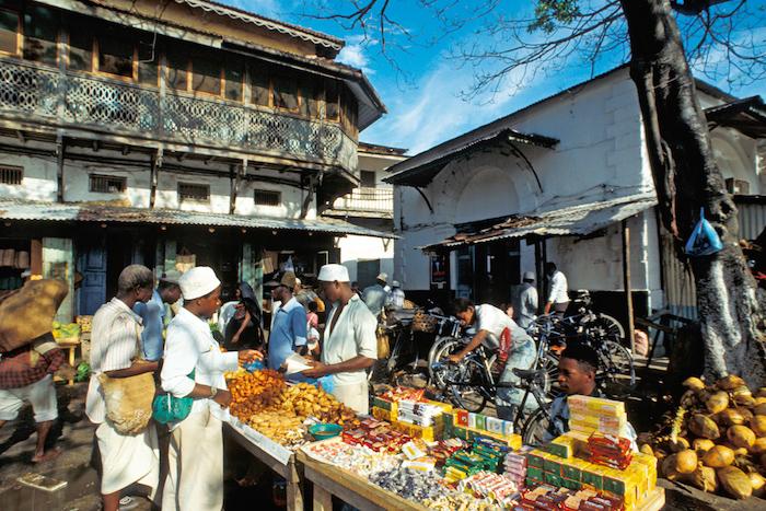 wetter sansibar scöne atmosphäre in sansibar stadt markt offen früchte kräuter frische produkte aus der natur kaufen