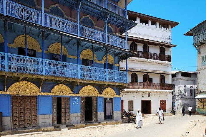 sansibar urlaub die einzigartige architektur auf der insel genießen blaues gebäude weiße gebäude goldene deko straße in sansibar