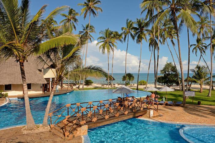 schönste strände sansibar luxushotel in zanzibar palmen künstliche kleine brücke schwimpool pool golf resort insel leben