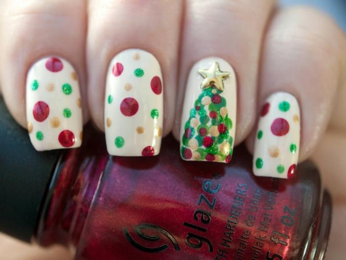 Coole Idee für Weihnachtnägel, bunte Punkte und Tannenbaum auf weißem Grund, Nageldesign zum Nachstylen