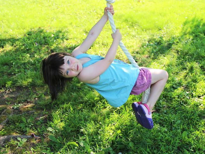 ein kleines Mädchen spielt mit einer Schaukel, Schaukel selber bauen