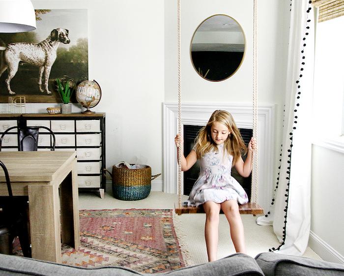 Schaukel selber bauen im Wohnzimmer, wo Platz zur Verfügung steht für ein kleines Mädchen