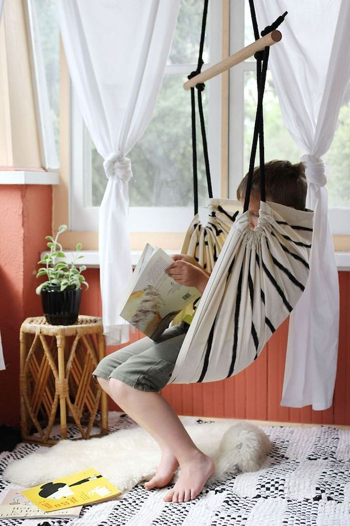 Schaukel selber bauen in dem Wohnzimmer, wo die Kinder sie als Leseecke verwenden können