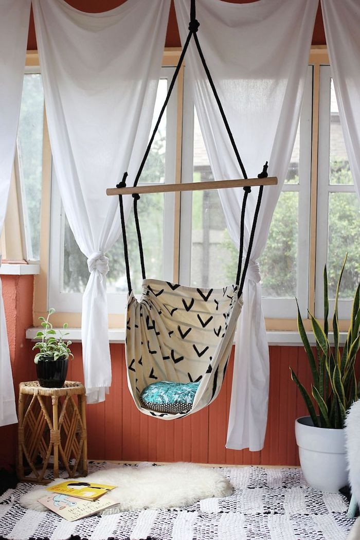 Schaukel selber bauen im Wohnzimmer mit weißen Gardinen und ein Teppich