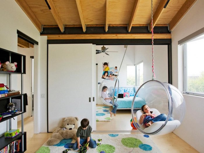 zwei Schaukel im Kinderzimmer aus durchsichtigen Halbkugeln - Schaukelgestell