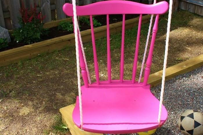 die alte Stühle aus dem Kindergarten können wiederverwertet werden und als Schaukelgestell verwendet