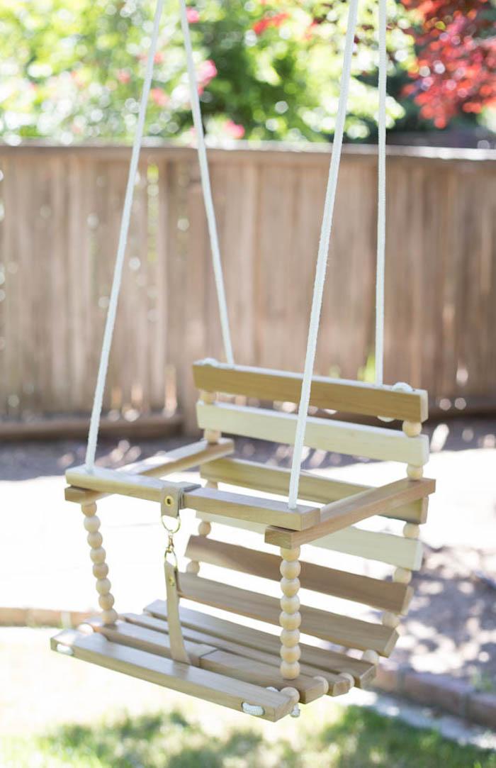 Kinderschaukel im Garten - ein Babyschaukel mit Sitz, der versichert wird