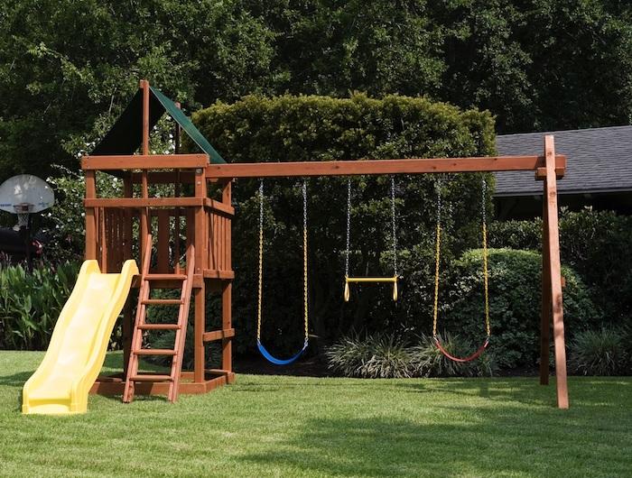 Kinderschaukel im Garten und ein Häuschen für die Rutsche, drei Kinder können zusammen spielen