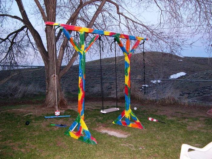 ein Schaukelgestell in vielen Farben mit drei verschiedene Schaukel im Garten