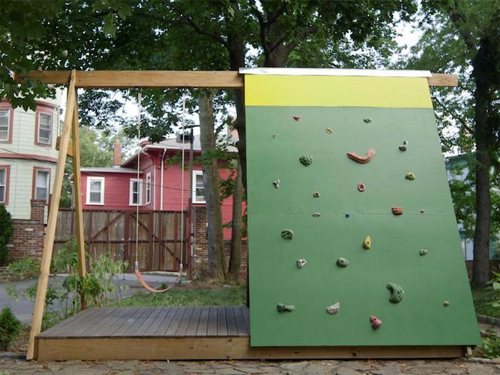 Kinderschaukel im Garten mit einer Kletterwand - alles, was das Kind zum Spielen braucht