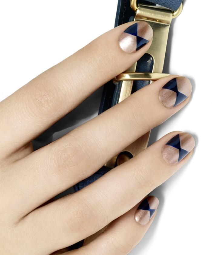 Schlichtes Nageldesign in Schwarz und Golden zum Nachstylen, runde Nagelform, Idee für Silvester Nägel