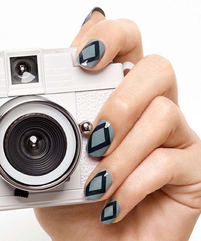 Schlichtes Nageldesign in Grau und Schwarz, ovale Nagelform, Idee für Winternägel, weißer Fotoapparat