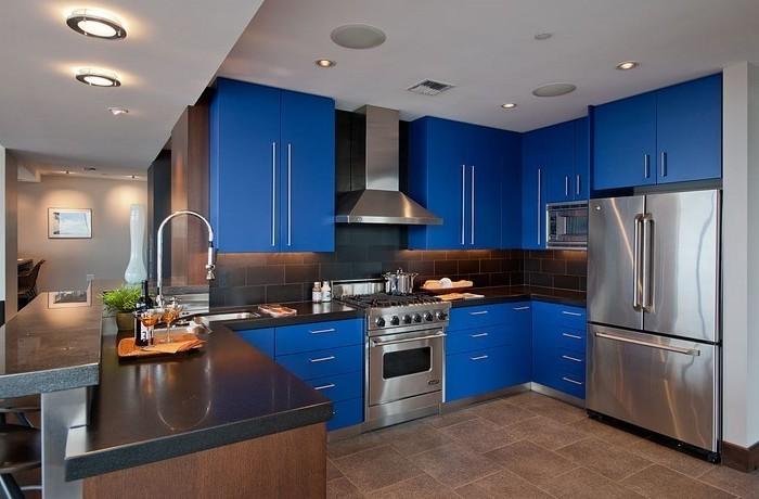 Küchen Modern Interieur Design Zum Inspirieren Dunkelblaue Schränke Braune  Möbel Braun Blau Kombinieren