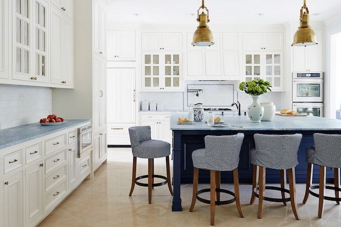 küchen modern schöne idee in weiß und blau graue stühle blauer tisch weiße schränke