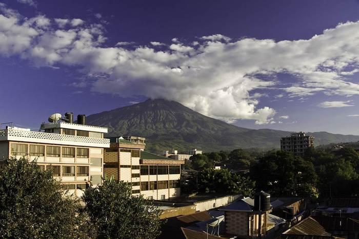 kilimanjaro gebirge auf insel sansibar himmel mit wolken gebäuden in sansibar natur