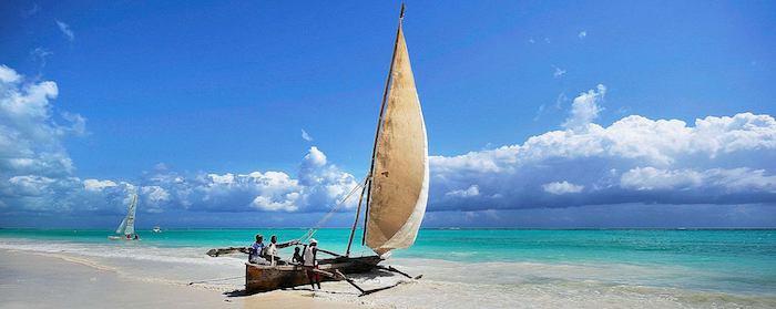 schönste strände sansibar erfahrungen boot auf dem strand ozeanküste himmel blaues wasser