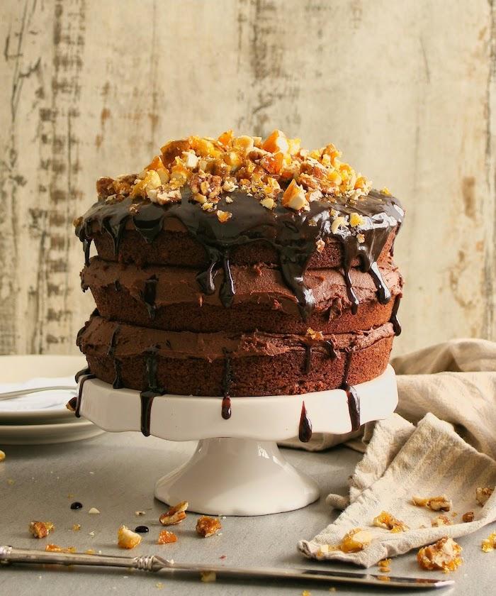schokolade vegan schöne dreistöckige torte für vegetarier möhrentorte nüsse zur deko vegane schokolade zum verbinden