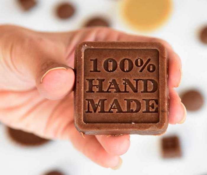 schokolade kaufen hausgemachte schokolade mit stempel schokolade in der hand halten foto machen