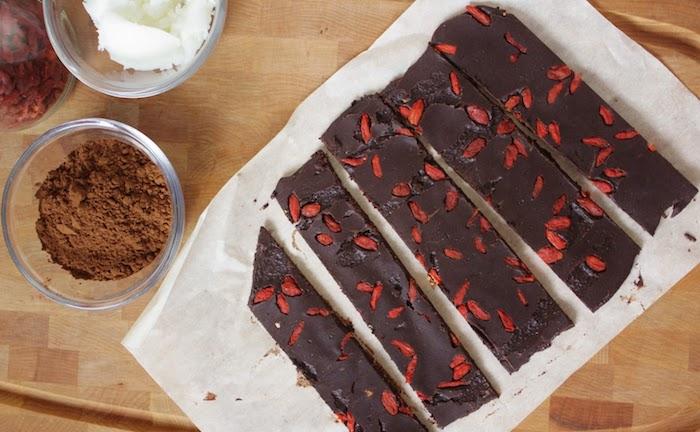 tafel schokolade ideen zur zubereitung schokolade selber machen mit gojibeeren kokosnussöl kakaomasse ahornsyrop kakao