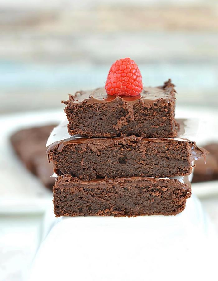 schokoladenherstellung brownie selbst gemachter bio nachtisch gesunde rezepte zum genießen himbeer deko auf dem kuchen