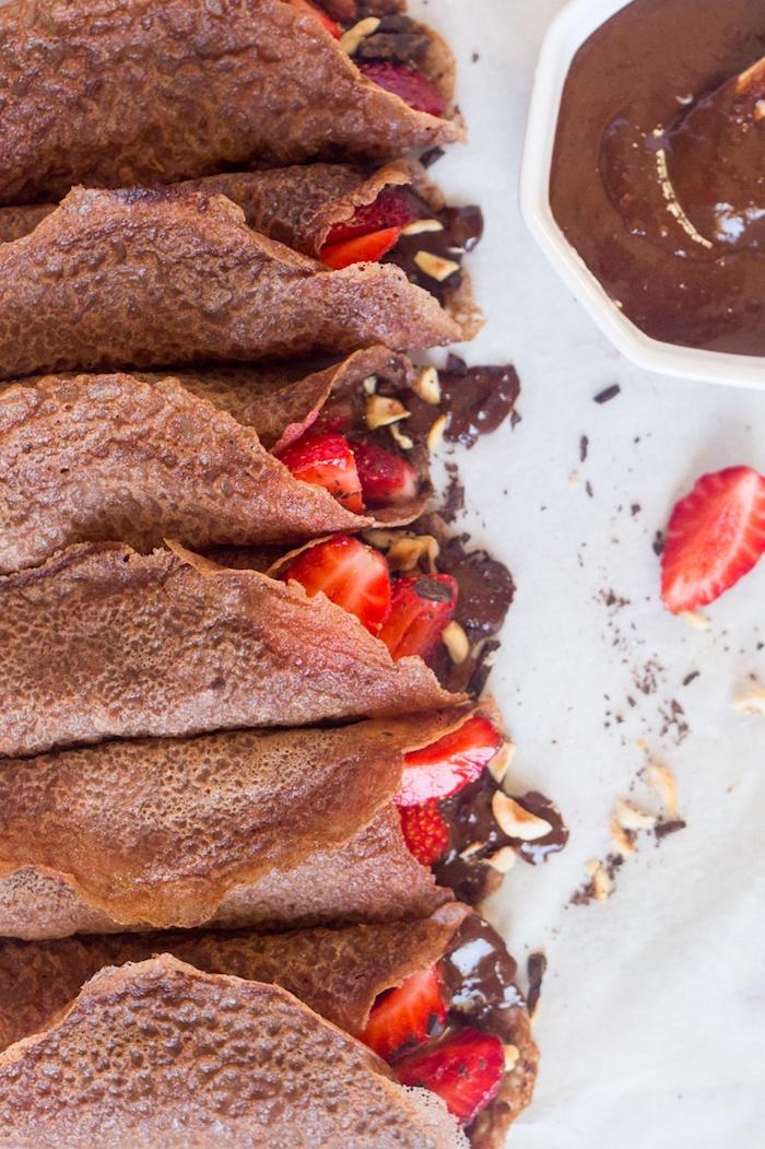 bio schokolade zum genießen pfannkuchen mit kakao in dem teig bio nutella selber zubereiten schmiere erdbeeren deko