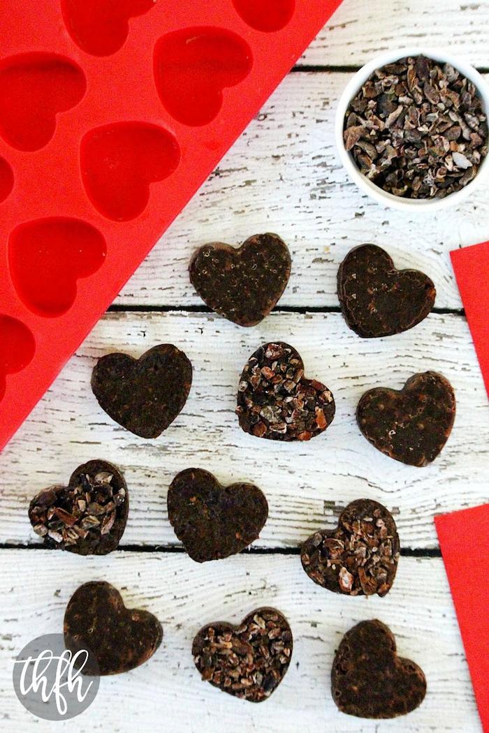 bio schokolade selber machen praline zum valentinstag ideen mit verzierung aus nüssen und gojibeeren