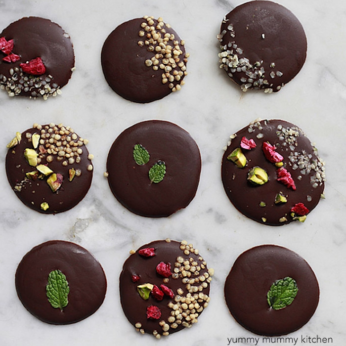 schokolade selbst gestalten runde tafeln schokolade mit verschiedener deko minzblätter