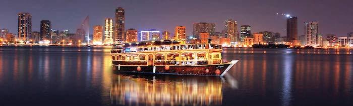 sehenswürdigkeiten dubai schöner schiff zum abendessen in luxuriöse atmosphäre