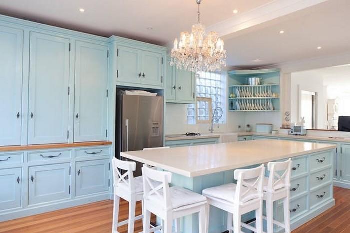 designer küchen einrichten essen und genießen in schöner atmosphäre weiße stühle blaue möbel