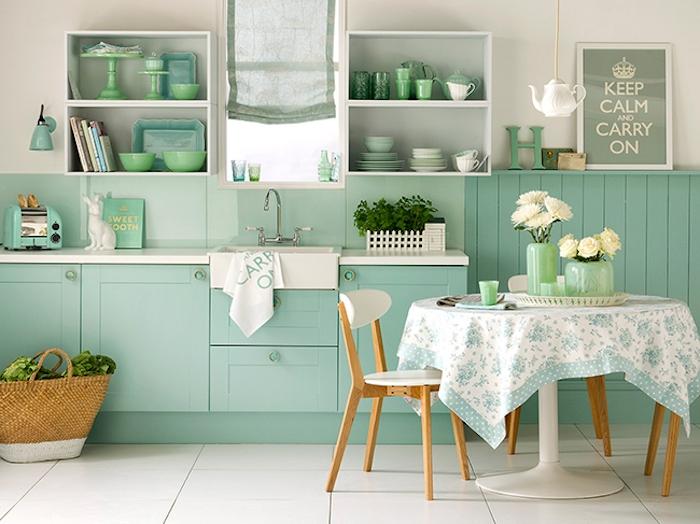 farbe mintgrün küchendesign küchenfarben grün weiß blau schöne weiße rosen in vasen kreative ausstattung korb shoppingkorb kräuter