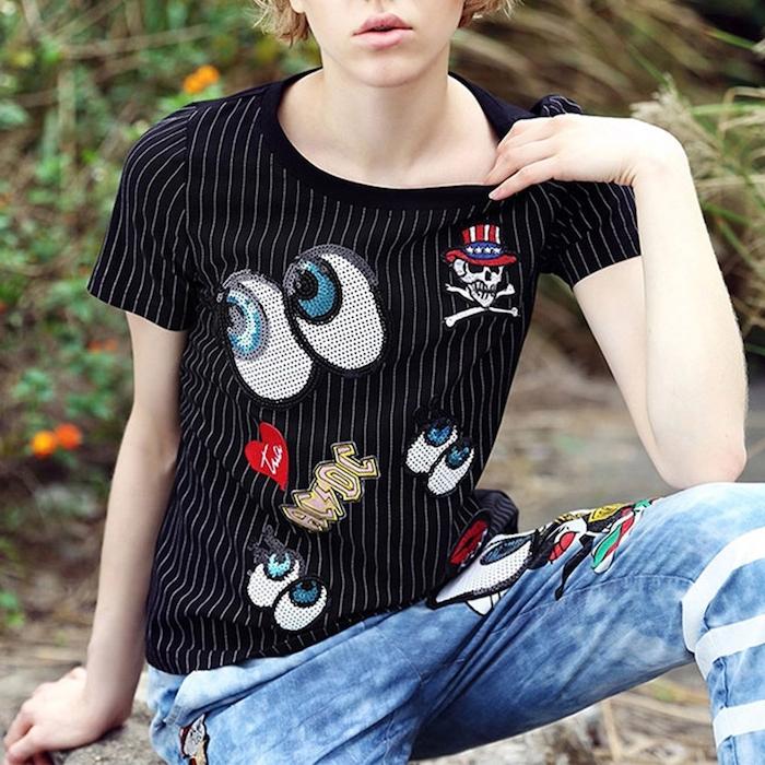 ein schwarzes T-shirt in weißen Streifen mit viele Aufklebern - T-shirt selber machen