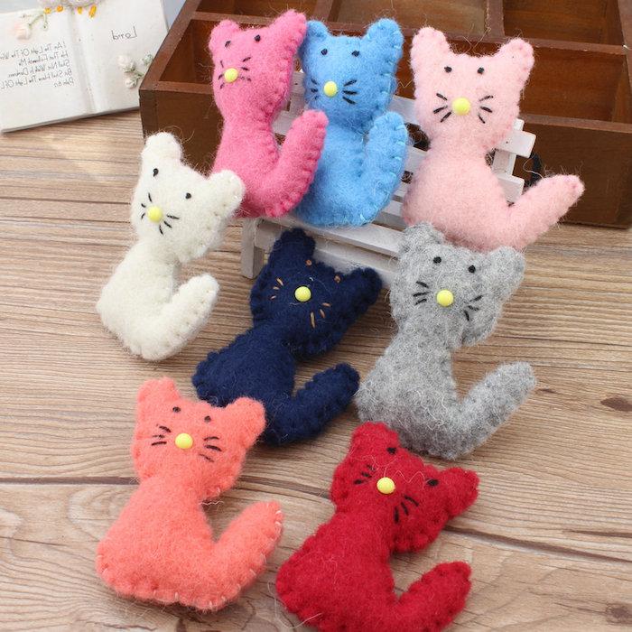 eine Menge kleine Kätzchen aus Stoff, die als Katzenspielzeuge dienen - Katzenspielzeug basteln