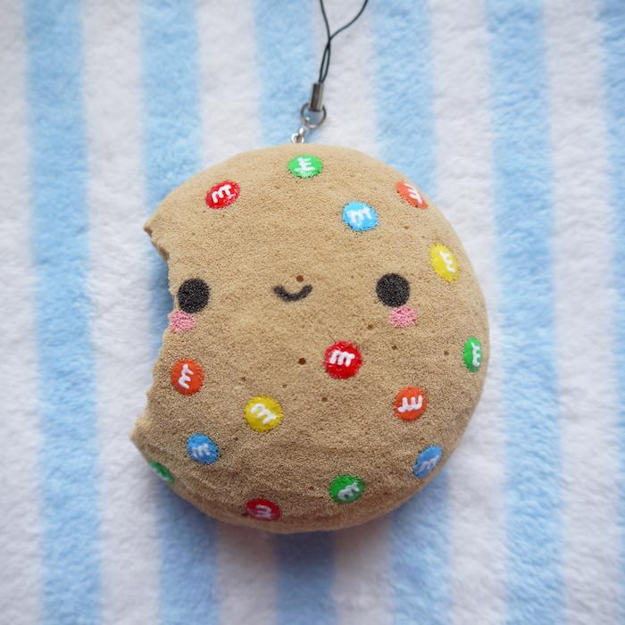 ein Keks das gebissen ist, mit MM Bonbons Muster als Katzenspielzeug basteln