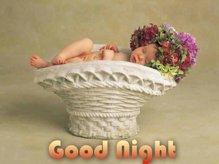 good night - lustige gute nacht bilder - ein kleines schlafendes baby mit roten, grünen und pinken blumen