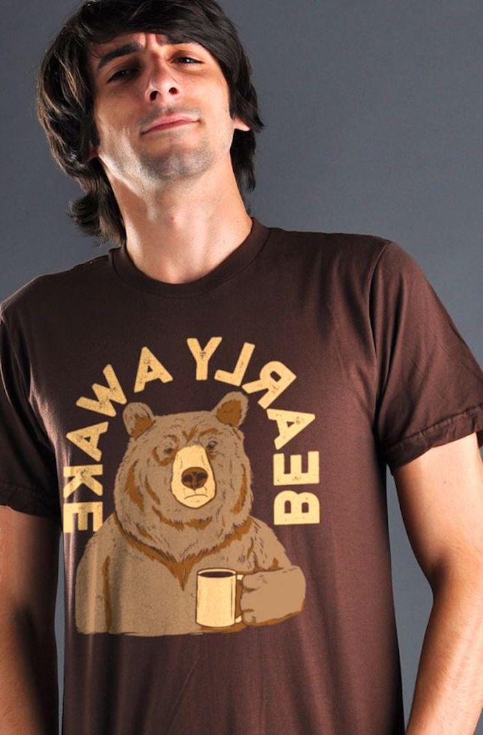braunes T-shirt mit einem Bär Bild, der Bär trägt einen Kaffeebecher -T-shirt bedrucken