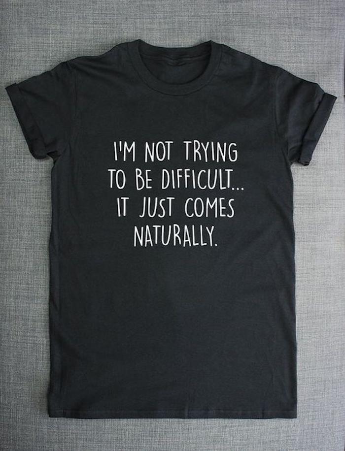 T-shirt bedrucken ein schwarzes T-shirt mit weißer Farbe eine lustige Aufschrift