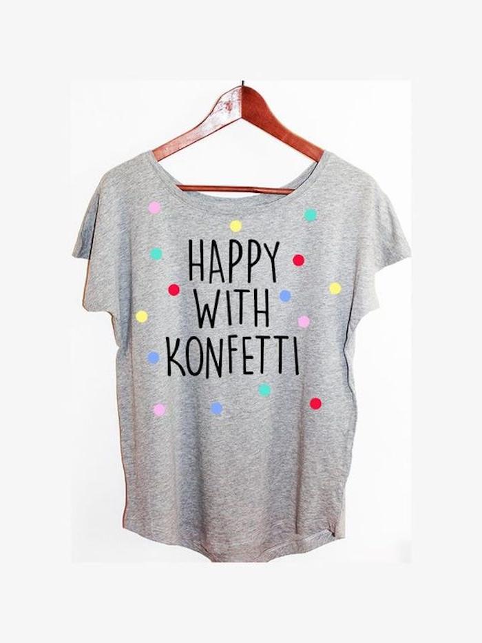 ein graues T-shirt auf bunte Punkten - T-shirt selber machen mit einer lustigen Aufschrift