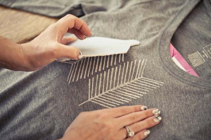 wie mit Stempel und weißer Textilfarbe ein T-shirt selber zu bedrucken