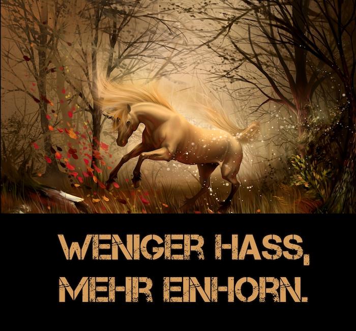ein wildes weißes einhorn mit schwarzen augen und einem horn und gelber mähne, wald mit bäumen und orangen blättern, ein einhorn spruch - lustige einhoorn sprüche bilder