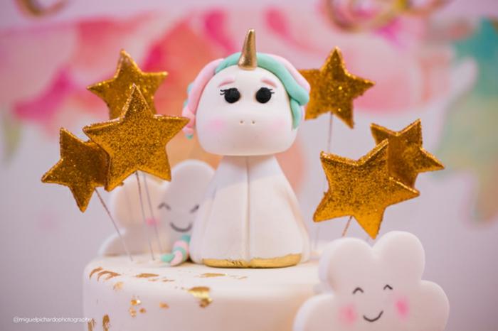 Torte mit Einhorn, goldenen Sternchen und süßen Wolken für Babyparty, schöne Dekorationsideen