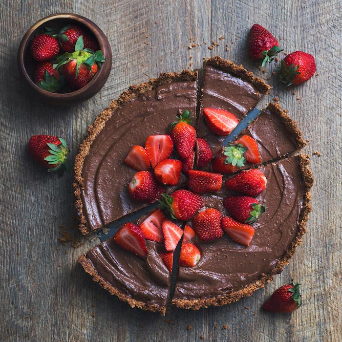 schokolade selbst gestalten schoko kuchen mit avocado und erdbeeren deko aus frischen erdbeeren