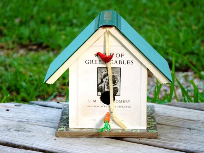 Nistkasten aus Büchern, kreative Deko Idee für Kinder und Erwachsene, rotes Vögelchen und kleine Karotte
