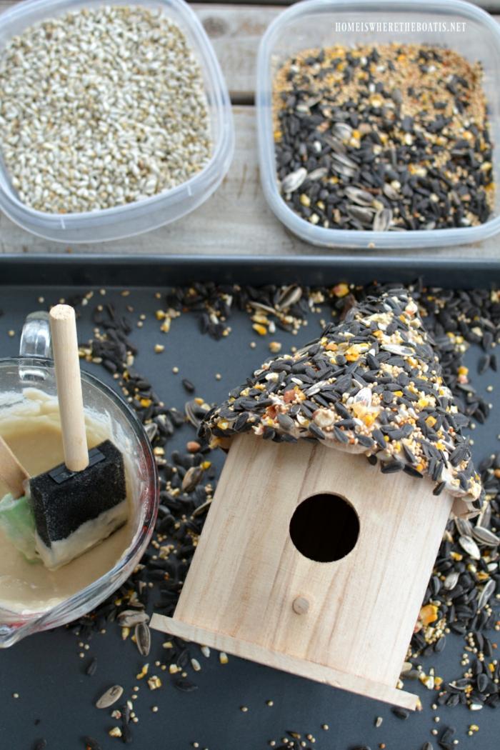 Vogelhäuschen aus Holz selber bauen, das Dach mit Samen und Sonnenblumenkernen bekleben, ausführliche Anleitung